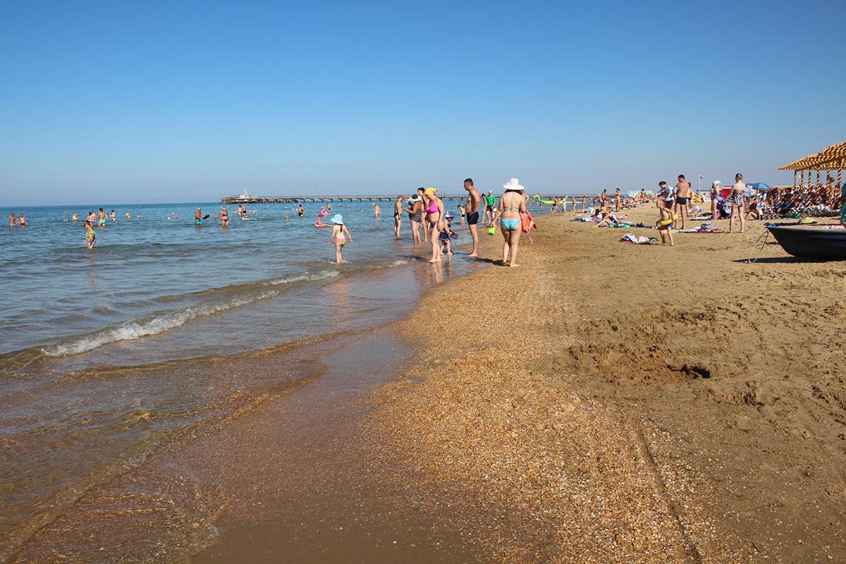 был показать фото пляжа витязево в июле после боевые машины